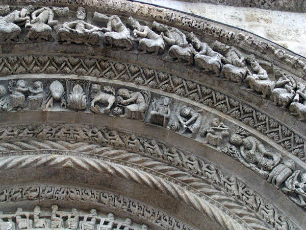 Detail of the portail arch at Saint-Croix, Bordeaux. Image credit: Jcdelorge via wiki commons