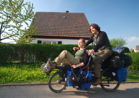 Benny and Amanda on their innovative tandem. Image: globecyclers.de