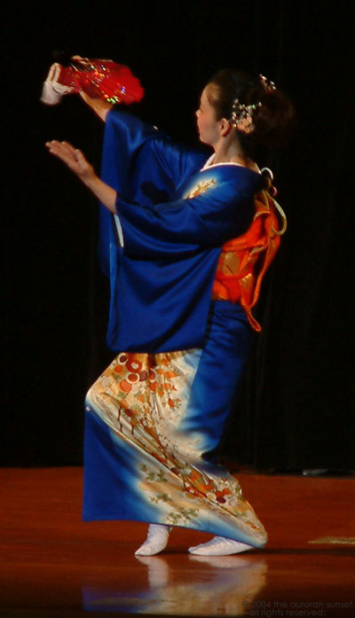 Japanese fan dancer in blue kimono. Image credit: the auroran sunset