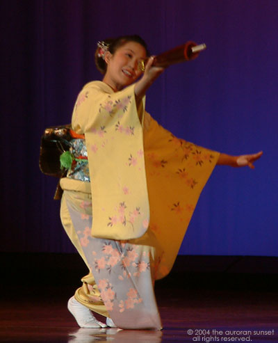 Japanese umbrella dancer in yellow kimono. Image credit: the auroran sunset