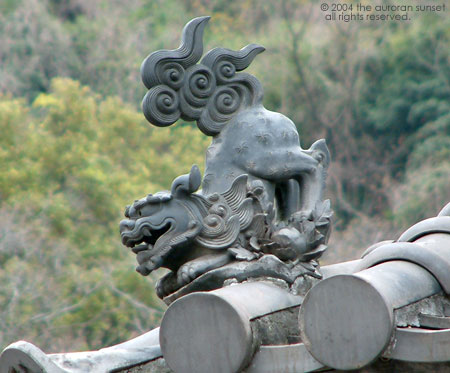 Roof-top Ryuku dragon at Senganen (Iso Gardens). Image credit: the auroran sunset