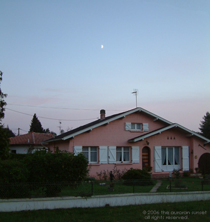 A pink Landaise house in the evening. Image credit: the auroran sunset
